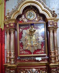 чудотворная икона Богородицы в киоте