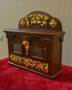 Ящик для пожертвований с церковной символикой
