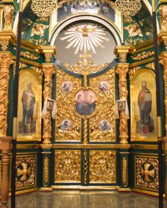 иконостас с резными колоннами