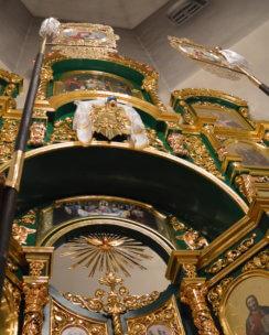 красивый иконостас в церковь