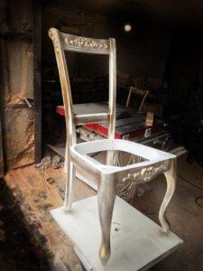 Нанесение патины на стул